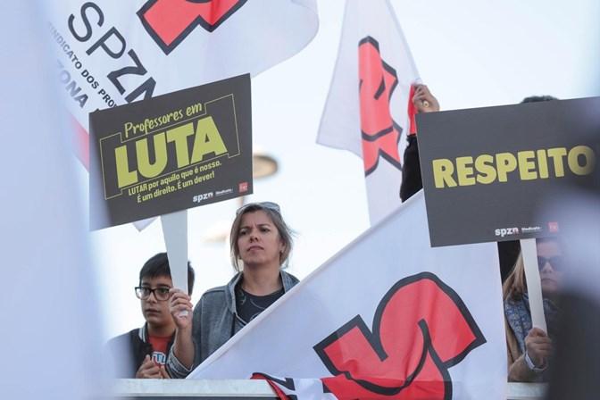 Professores iniciam greve de quatro dias contra