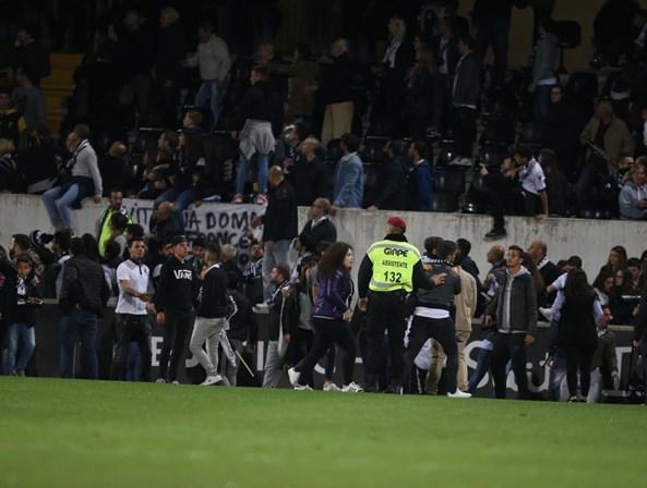 Adeptos invadem treino do Vitória de Guimarães causando desacatos com jogadores
