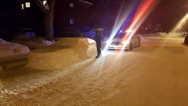 Carro de neve é 'multado' por estacionamento irregular