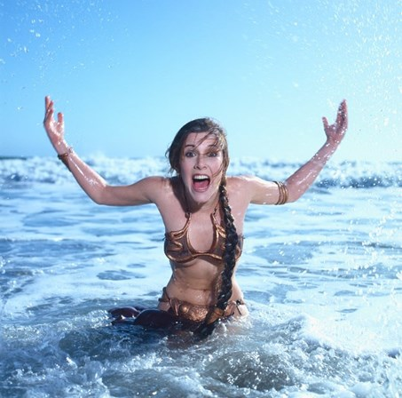 Carrie Fisher a usar o mítico biquíni de Star Wars: O Regresso de Jedi, de 1983.